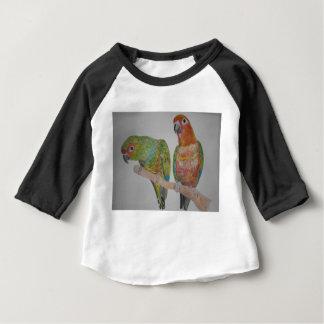 オウムパロット paar Conure die uit hangt Baby T Shirts