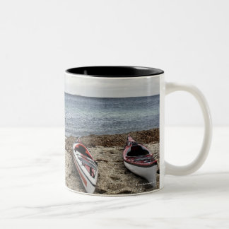 3 kajaks op strand tweekleurige koffiemok
