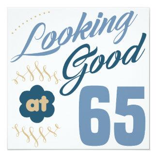 65ste Verjaardag die Goed kijkt 13,3x13,3 Vierkante Uitnodiging Kaart