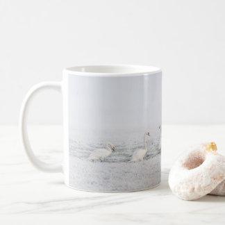 7 witte Zwanen op een Ijzige Dag van de Winter Koffiemok