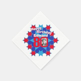 80ste van de verjaardagsfoto en naam rode papieren servetten