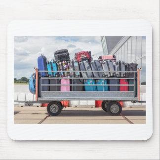 Aanhangwagen op luchthaven met suitcases.JPG wordt Muismatten