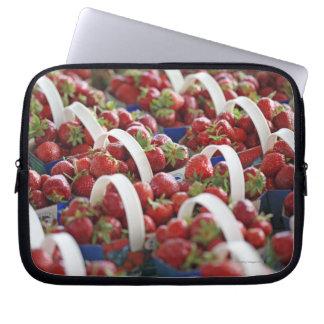 Aardbeien bij een marktkraam laptop sleeve