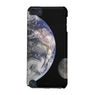 Aarde en Maan in het RuimteHoesje van de Aanraking iPod Touch 5G Hoesje