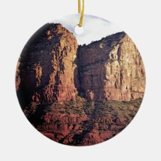aardig rotsmonument rond keramisch ornament