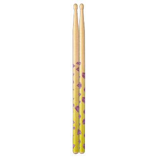 abstracte gele trommelstokken drumstokken