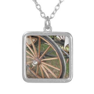 Achter wielen van ouderwets paardvervoer zilver vergulden ketting
