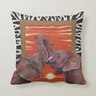 Afrikaanse Olifanten in liefdezonsondergang met Sierkussen