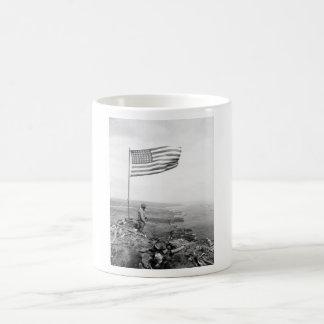 Amerikaanse Vlag die over Onderstel Suribachi Koffiemok
