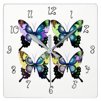 Aqua, Roze, en Geel - Elegante Vlinders Vierkante Klok