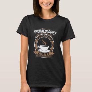 Archeoloog die door Koffie van brandstof wordt T Shirt