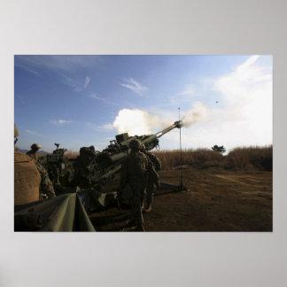 Artillerymen steken een ronde 155mm in brand poster