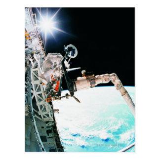 Astronuat die in Ruimte werken Briefkaart