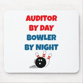 Auditor door 's nachts de Bowlingspeler van de Dag Muismatten