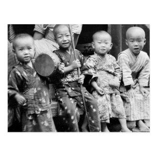 Aziatische kinderen in traditionele kleren (1908) briefkaart