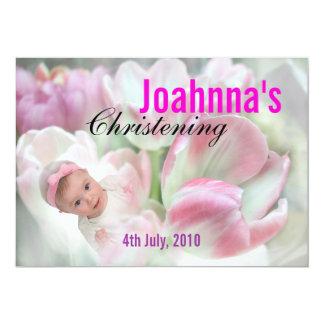 Baby die de Roze Bloemen van de Uitnodiging dopen