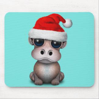 Baby Hippo die een Pet van de Kerstman dragen Muismatten