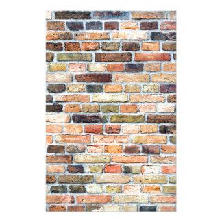 Bakstenen muur met diverse kleuren briefpapier ontwerp