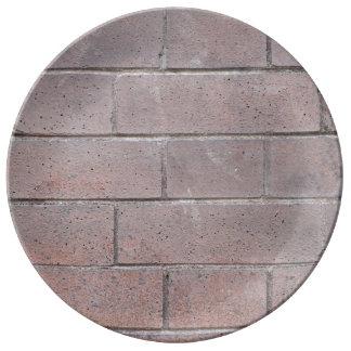 Bakstenen muur porseleinen bordjes