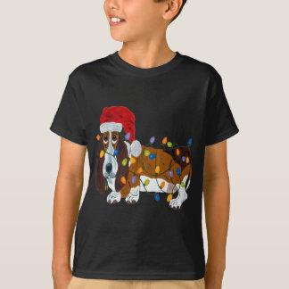 Basset die in de Lichten van Kerstmis wordt T Shirt