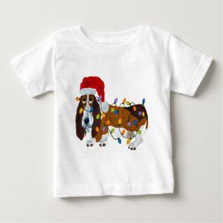 Basset in de Lichten dat van Kerstmis wordt Baby T Shirts