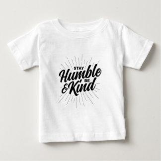 Bescheiden het verblijf en Vriendelijk is Baby T Shirts