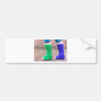 Bevindend kind met twee kleurrijke gipsbenen bumpersticker