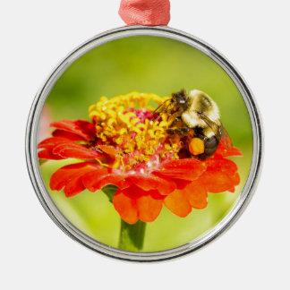 bij op rode bloem met stuifmeelzakken zilverkleurig rond ornament