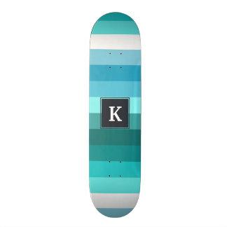 Blauw en cyaanstrepenmonogram skate deck