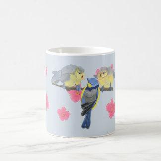 Blauw-mees, en kuikens onder de roze Bloesem van Koffiemok