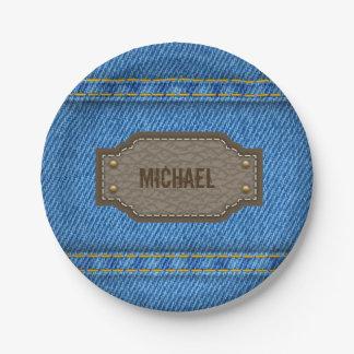 Blauwe denimjeans met het etiket van de leernaam papieren bordje