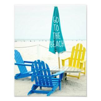 Blauwe en Gele Stoelen Adirondack op het Strand Foto Afdruk