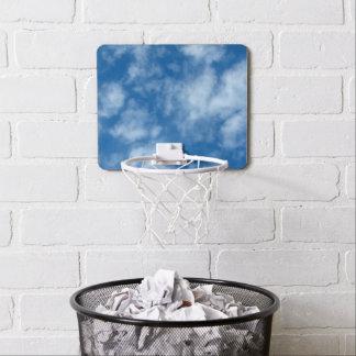 Blauwe Hemel met Hoepel van het Basketbal van Mini Basketbalbord