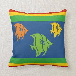 blauwe, oranje, gele, en Groene vissen op wit Sierkussen