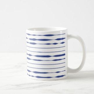 Blauwe zigzagstrepen op witte achtergrond koffiemok