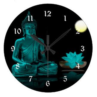 Blauwgroen Boedha die onder Volle maan mediteert Grote Klok