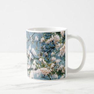 Bloemen gedrukte mok - blauw en hemelontwerp