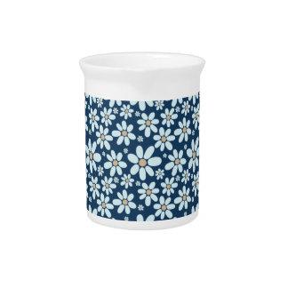 Bloemen op donkerblauw drank pitchers