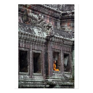 Boeddhistische monnik die de tempel van Angkor Briefkaart