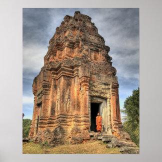 Boeddhistische monnik die zich in deuropening van  poster