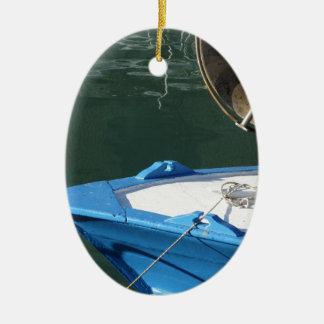 Boeg van een houten vissersboot met sleepnetkruk keramisch ovaal ornament