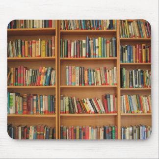 Boeken in het boekenrek muismat