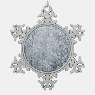 Bomen in Zware Sneeuw worden behandeld die Tin Sneeuwvlok Ornament