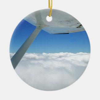 Boven de wolken rond keramisch ornament