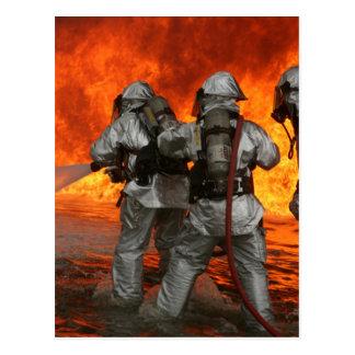 Brandbestrijders die een brand bestrijden briefkaart