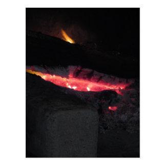 Brandende open haard met brandvlammen op zwarte briefkaart