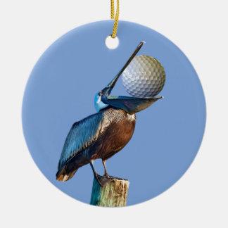 Bruine Pelikaan met Golfbal Rond Keramisch Ornament