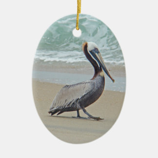 Bruine Pelikaan op Strand Keramisch Ovaal Ornament