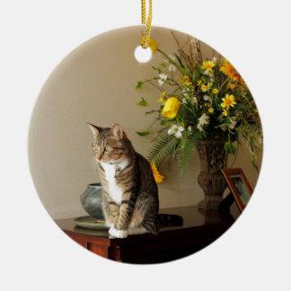 Bruine zwarte de kattenZitting van de Gestreepte Rond Keramisch Ornament