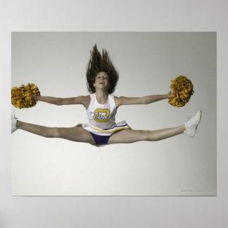 Cheerleader die spleten in medio lucht doen poster